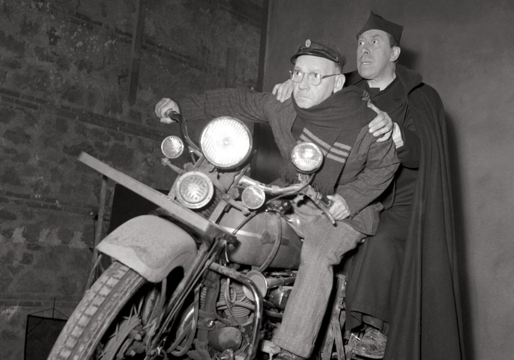 "Dreharbeiten mit Motorrad. Aus: ""Don Camillo"""