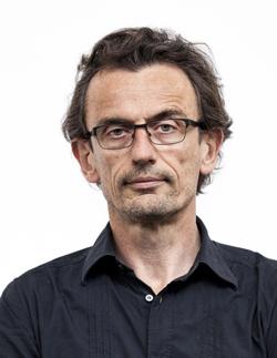 """Frank Heuel ist als frei arbeitender Regisseur tätig. Mit dem von ihm geleiteten fringe ensemble hat er u.a. Rechercheprojekte wie """"Generation P"""" realisiert. 2002 wurde Heuel in """"Theater heute"""" zum besten deutschen Nachwuchsregisseur nominiert, 2006 erhielt er den NRW Förderpreis für """"Geschichten+"""", seit 2007 entstanden Produktionen in Zusammenarbeit mit dem Theater Bonn, darunter """"Zwei Welten"""". Unter dem Label fringe writers entwickelt er internationale Theater-Autoren-Projekte. 2016 ist er Stipendiat der Kunststiftung NRW in Istanbul. Foto: Thomas Morsch"""