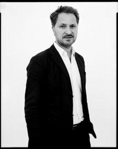 Der Museumsdirektor Yilmaz Dziewior (*1964 in Bonn) studierte Kunstgeschichte und übernahm 2014 die Direktion des Museum Ludwig. Zuvor leitete er den Hamburger Kunstverein und das Kunsthaus Bregenz. Die Ausstellung kuratiert er gemeinsam mit den KuratorInnen des Museums. Foto: Oliver Abraham