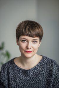 """Zur Person: Mareice Kaiser (35) ist Journalistin und lebt mit ihrer Familie in Berlin. Über ihr inklusives Familienleben als Mutter von zwei Kindern – mit und ohne Behinderung – berichtet sie auf dem Blog """"Kaiserinnenreich"""". Im November 2016 erschien ihr erstes Buch """"Alles inklusive"""" im S. Fischer Verlag. Foto: Carolin Weinkopf"""