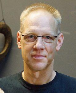"""Zur Person Jörg Buttgereit, geboren 1963, ist ein Berliner Regisseur und Autor von Theaterstücken und Arthouse-Horrorfilmen. Er inszenierte bereits einige Theaterstücke im Ruhrgebiet. Buttgereit ist insbesondere durch seine Filme """"Nekromantik"""" (1987) und """"German Angst"""" (2015) weltweit bekannt geworden. Foto: Maxi Braun"""
