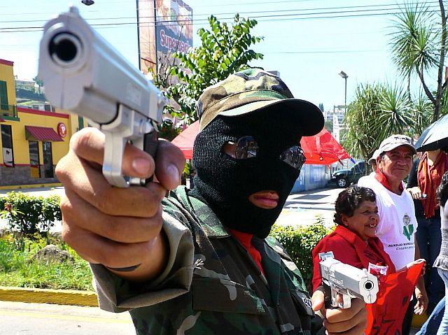 Ein verkleideter Demonstrant erinnert an die tägliche Bedrohung, der Menschen in Honduras ausgesetzt sind – dem Land mit der höchsten Mordrate weltweit, , Foto: Øle Schmidt