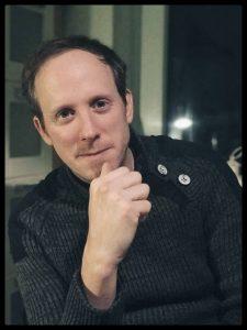 """Nils Voges (*1978) ist Diplomdesigner, Dozent und Teil des Medienkunstkollektivs sputnic. Seit 2004 ist er als Videokünstler international in Theaterstücken und Performances unterwegs. 2015 kreierte er mit sputnic die Darstellungsform """"Live Animation Cinema"""". Aktuell ist am Schauspiel Dortmund noch """"Der Futurologische Kongress"""" nach Stanislaw Lem zu sehen. Foto: Jan Voges"""