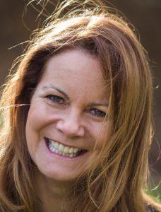 Annette Dabs, in Lübeck geboren, ist gelernte Opern- und Schauspielregisseurin. Seit 1997 ist sie Geschäftsführerin des Dt. Forums für Figurentheater und Puppenspielkunst e.V. (dfp) und seit 15 Jahren Künstlerische Leiterin von FIDENA, einem der wichtigsten Festivals seiner Art in Europa. Sie ist Vizepräsidentin des Weltkongresses der weltweiten Vereinigung für Puppenspielkunst (UNIMA) und Trägerin des Ehrenrings der Stadt Bochum. Foto: Simon Bauks