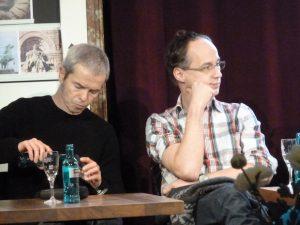 """ZUR PERSON: Bernd Freytag (*1965) ist Autor, Chorleiter und Regisseur. Mark Polscher (*1961 in Dortmund) hat seit 1990 über 90 Theater-, Ballett- und Filmmusiken komponiert. Nach Elfriede Jelineks """"Wolken.Heim."""" inszenie- ren sie zum zweiten Mal gemeinsam am Schauspiel Essen. Foto: Goesseln / CC BY-SA 4.0 (Ausschnitt)"""