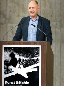 Der Kurator: Dr. Michael Krajewski (*1962) ist Kunsthistoriker, Kritiker und Kurator. Er promovierte in Bonn zum Thema Art Brut und Jean Dubuffet. Seit 2012 arbeitet er als Kustos und Kurator für Moderne und Kunst der Gegenwart am Lehmbruck Museum. Foto: Frank Vinken