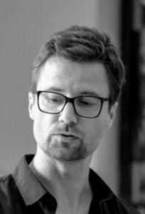Zur Person: Jens Dornheim (45) ist künstlerischer Leiter und Mitbegründer der Theatergruppe glassbooth. Geboren in Dortmund und aufgewachsen in Gladbeck, studierte er in Essen Germanistik, Anglistik und Sozialwissenschaften. Seit 2008 arbeitet er auch als Schauspieler und Theaterpädagoge für die theaterpädagogische Werkstatt Osnabrück in NRW-Grundschulen, seit 2015 ist er Vorstandsvorsitzender des Theater im Depot Dortmund. Bei der Weibsteufelprobe, Foto: glassbooth