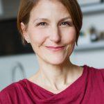 """Zur Person: Jana Friedrich (46) arbeitet seit 1998 als Hebamme. Sie betreut freiberuflich Frauen in der Vor- und Nachsorge und leitet Vorbereitungskurse und schreibt seit 2012 auf hebammenblog.de zum Thema. 2016 erschien ihr Buch """"Das Geheimnis einer schönen Geburt"""". Sie lebt in Berlin. Foto: Maria Herzog"""
