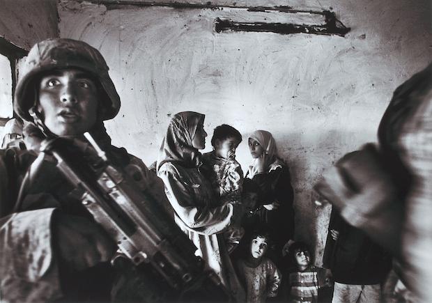 Anja Niedringhaus: Amerikanische Marineinfanteristen führen eine Razzia im Haus eines irakischen Abgeordneten im Stadtteil Abu Ghraib durch; Bagdad, Irak, November 2004