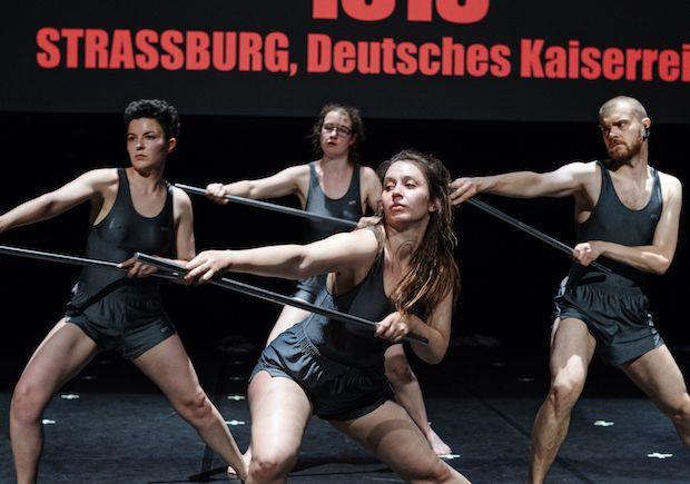 """""""Zweiter Versuch über das Turnen"""": Am Eröffnungsabend führen Darsteller*innen ein Schauturnen auf, Foto: Gianmarco-Bresadola"""